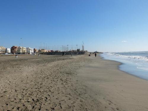 Trovatao un cadavere sulla spiaggia di Ostia
