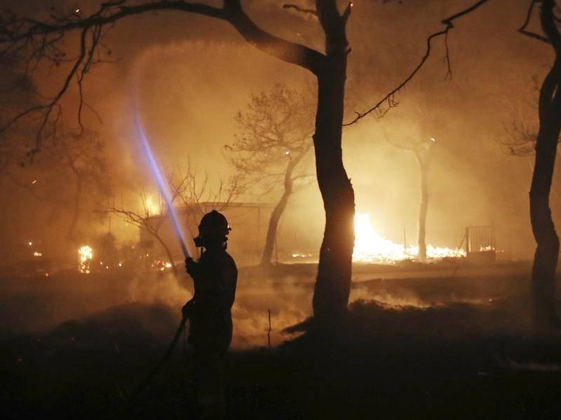 Atene, emergenza incendi: le fiamme si avvicinano alla città