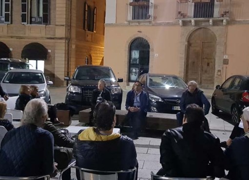 "< img src=""https://www.la-notizia.net/residenti"" alt=""residenti"""