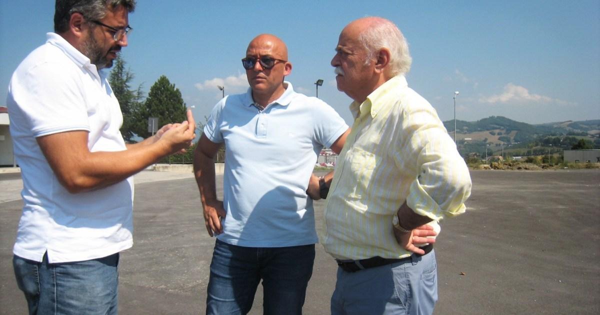 "< img src=""https://www.la-notizia.net/pettinari"" alt=""pettinari"""