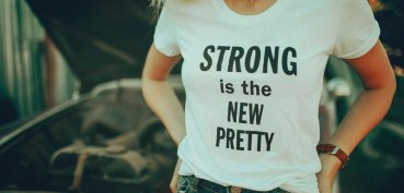 tee-feministe-strong-is-the-new-pretty