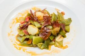 Aires de Aragón.- •Judías verdes con sofrito de cebolla de Fuentes y crujiente de jamón de Teruel.