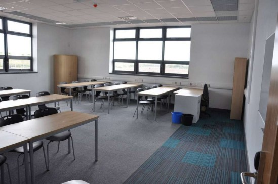 Akatemia_burmatex_tivoli-strands-carpet-tiles-shirebrook-academy-04-1200x797_laattasuora_textiilipalamatto_textiilimatto_palamatto