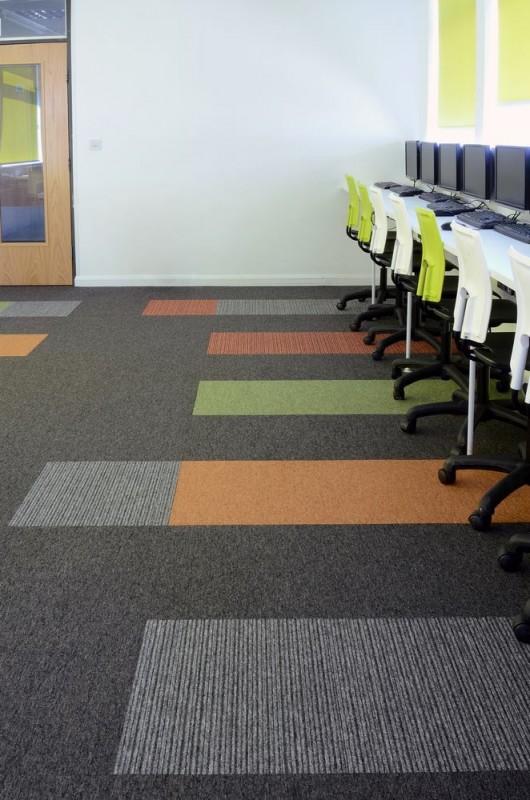 Akatemia_koulu_opetustila_burmatex_tivoli-loop-pile-carpet-tiles-hall-park-academy-02-530x800_laattasuora_textiilipalamatto_textiilimatto_palamatto