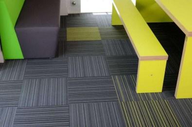 Koulu_opetustilat_burmatex_strands-carpet-tiles-wyggeston-qe-college-leicester-13-1200x795_laattasuora_textiilipalamatto_textiilimatto_palamatto
