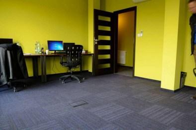 Yritystila_toimisto_burmatex_code-carpet-tiles-amartus-cracow-01-1200x795_laattasuora_textiilipalamatto_textiilimatto_palamatto