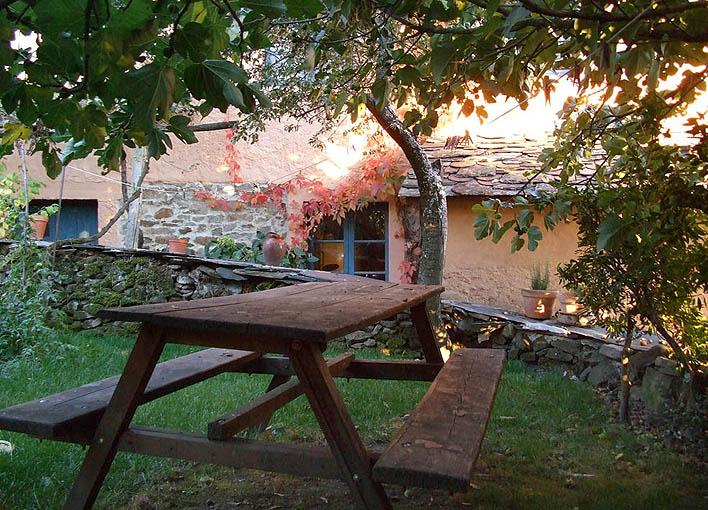 mesa de madera en el huerto-jardín
