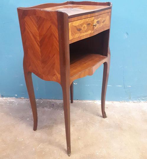 ancienne table de chevet avec marqueteries pas de livraison pour cet objet
