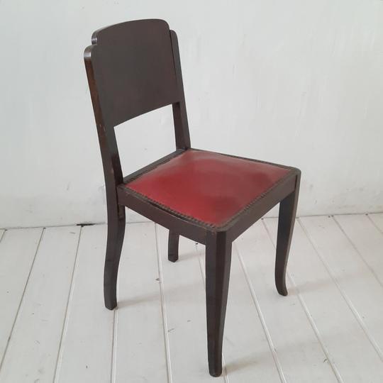 chaise vintage assise rouge en simili cuir