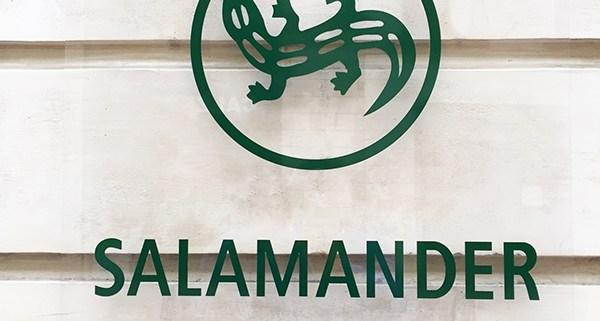 Plaque de Plexiglas sur façade avec adhésif qudri traité anti UV Pose sur entretoise avec capuchons inox Rue d'Orléans Nantes - Label Communication