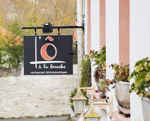 Enseigne drapeau, L'Ô à la Bouche restaurant bistronomique à Vertou (44)