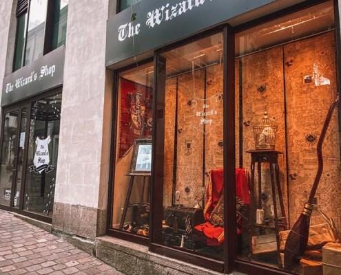 Adhésif vitrine en lettres découpées à la forme pour le pop-up store The Wizard's Shop au centre-ville de Nantes (44)