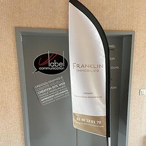Réalisation et fabrication d'un oriflamme bi-face à Nantes - Franklin Immobilier