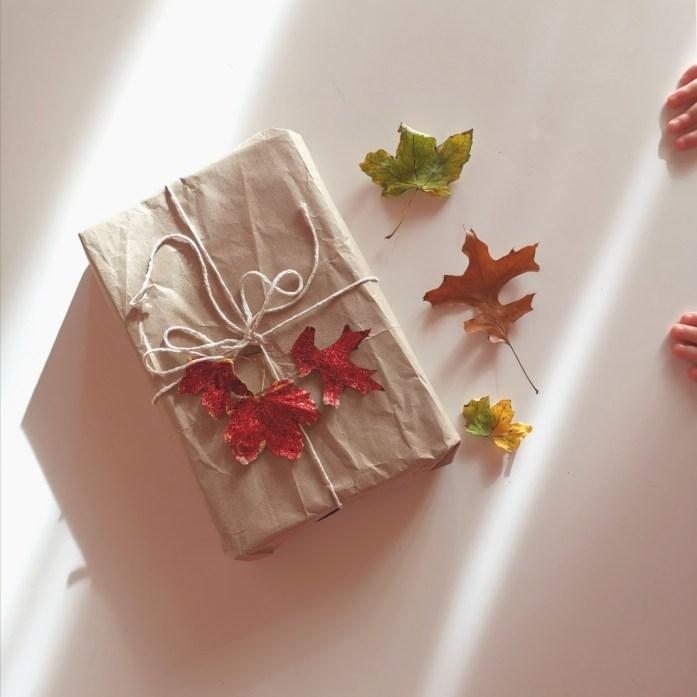 pacco regalo natalizio originale con foglie glitterate