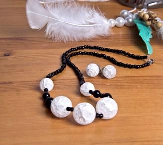 duo-bijoux-boucles-doreilles-et-collier-perles-noires-et-blanches-de-la-boite-ateliers-creatifs