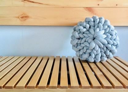 coussin-12po-tricot-rosace-la-boite-ateliers-creatifs-gris-pale