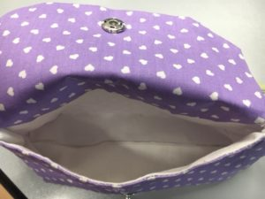 Una dolce e romantica pochette tutta viola. A sweet romantic pouch all purple.