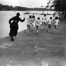 Une femme policier chasse des enfants se baignant à Hyde Park, Londres - 1926