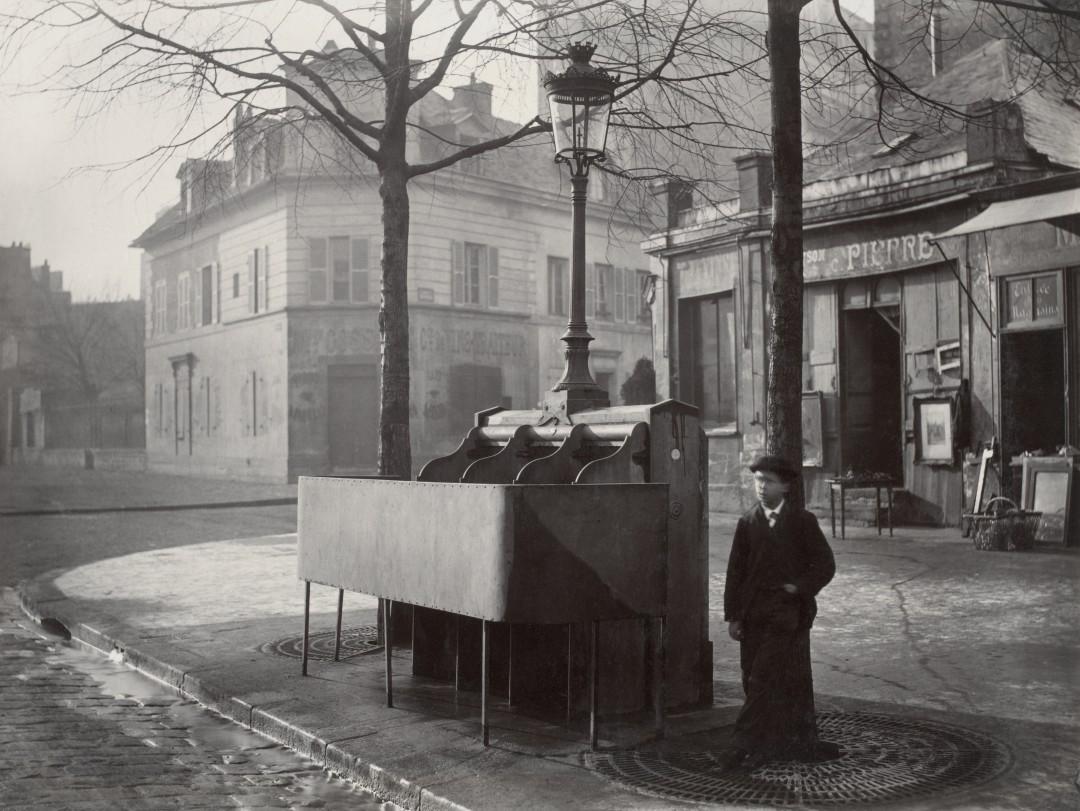05 Charles Marville Urinoir en ardoise à 3 stalles Chaussée du Maine ca. 1865 1080x811 Les urinoirs publics de Paris en 1865 par Charles Marville