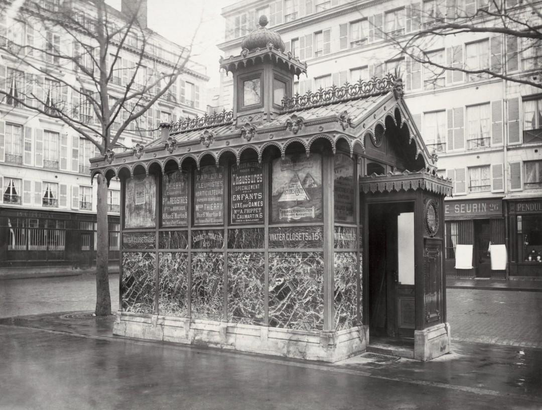07 Charles Marville Châlet de nécessité du marché de la Place de la Madeléine ca. 1865 1080x816 Les urinoirs publics de Paris en 1865 par Charles Marville