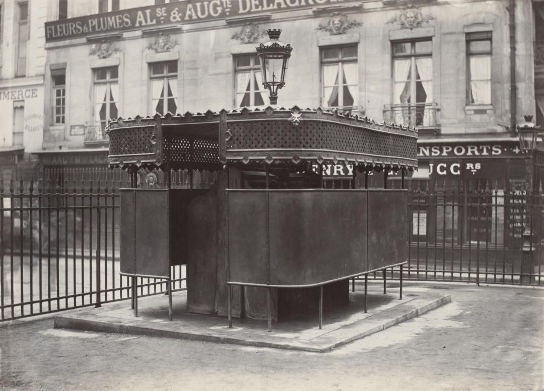 08 Charles Marville Urinoir enveloppé à 6 stalles Jardin de la Bourse ca. 1865 1080x777 Les urinoirs publics de Paris en 1865 par Charles Marville