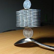 Des tas de pièces en équilibre précaire