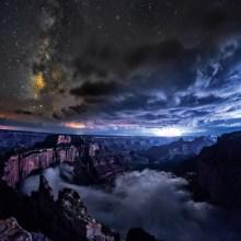 Quand les nuages s'écoulent dans le Grand Canyon