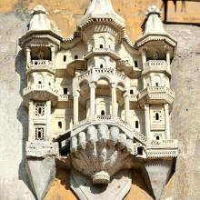 Les petites maisons d'oiseaux sur les grandes maisons d'Istanbul