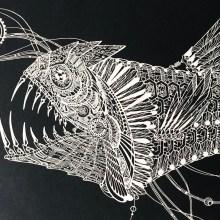 L'extrême finesse du papier découpé pour ces fleurs et créatures marines