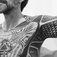 Un impressionnant tatouage géométrique du corps entier