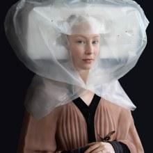Des costumes de la renaissance très détaillés, en matériaux d'emballage