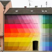 Des fresques prismatiques sur des maisons au soleil