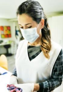 hygiene und schutzmassnahmen Bekämpfung Covid-19 im Zahntechnischen Labor mit masken und handschuhen