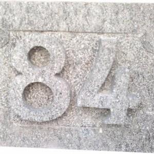 Número 84 tallado