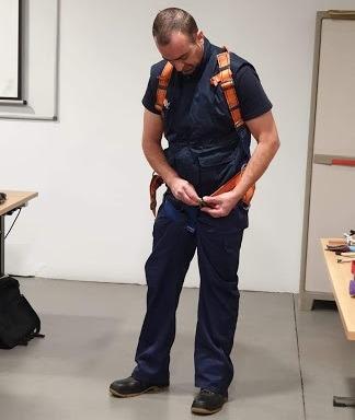 docente Adolfo Armas dando clases de prevención de riesgos laborales