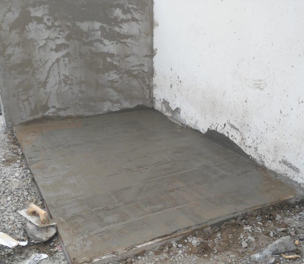 solera y pared realizada por los alumnos, para la colocación de piedra