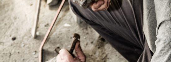 Labrante esculpiendo la piedra a mano