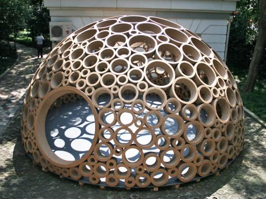 Un pabellón construido con cilindros de cartón