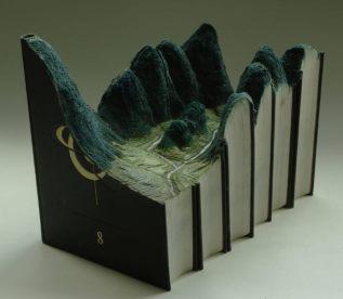 Enciclopedias viejas transformadas en dioramas