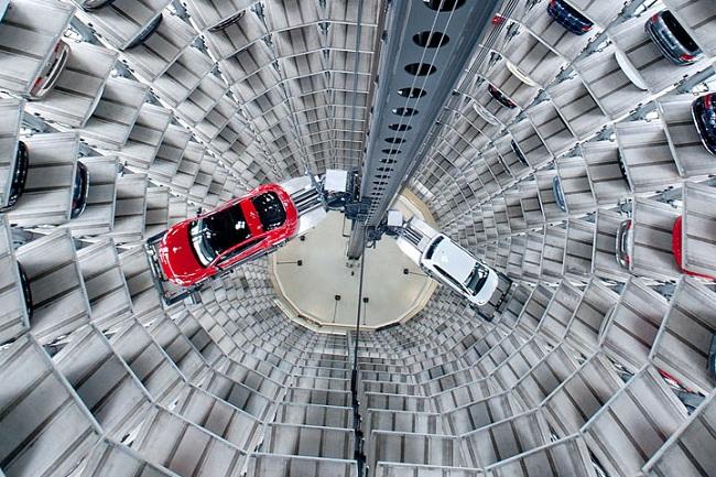 Las espectaculares torres de aparcamientos del Autostadt