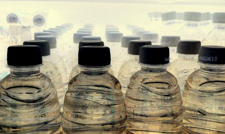 ¿Cuánta agua hace falta para fabricar una botella de agua?