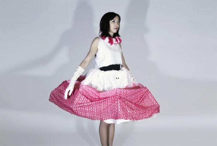 Un vestido que se expande para proteger el espacio personal 2