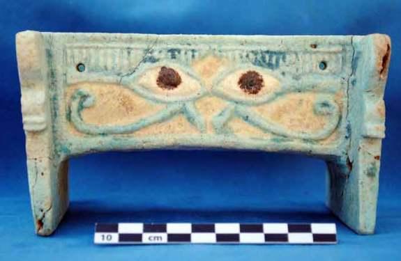 Descubierta en Sudán una caja de cerámica vidriada decorada contra el mal de ojo 1