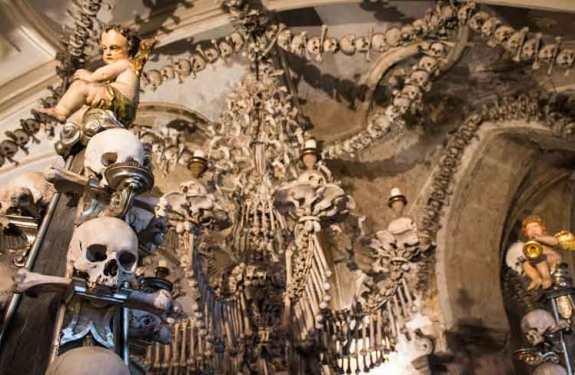 Sedlec Ossuary, una capilla checa decorada con miles de huesos humanos