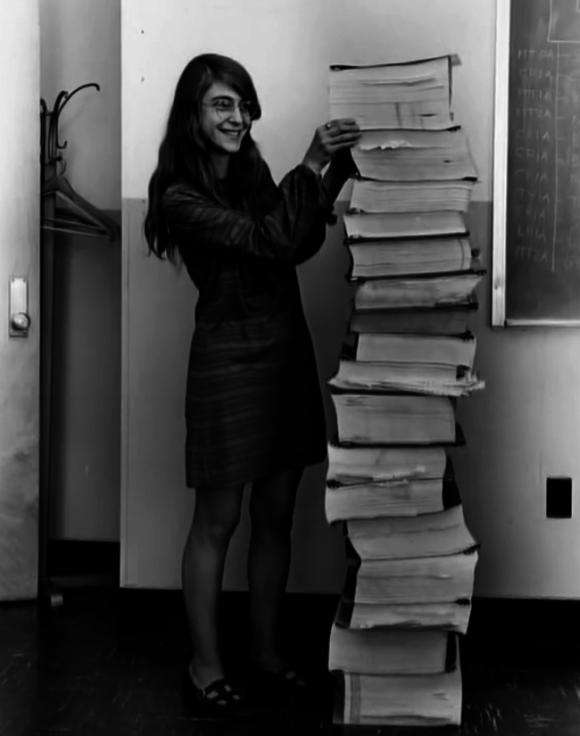 Margaret Hamilton con su código escrito a mano