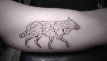 Los impactantes tatuajes geométricos de Brian Woo