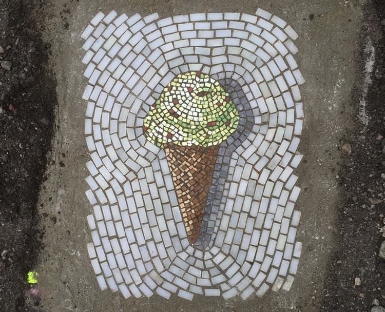 Artista transforma baches mosaicos 1