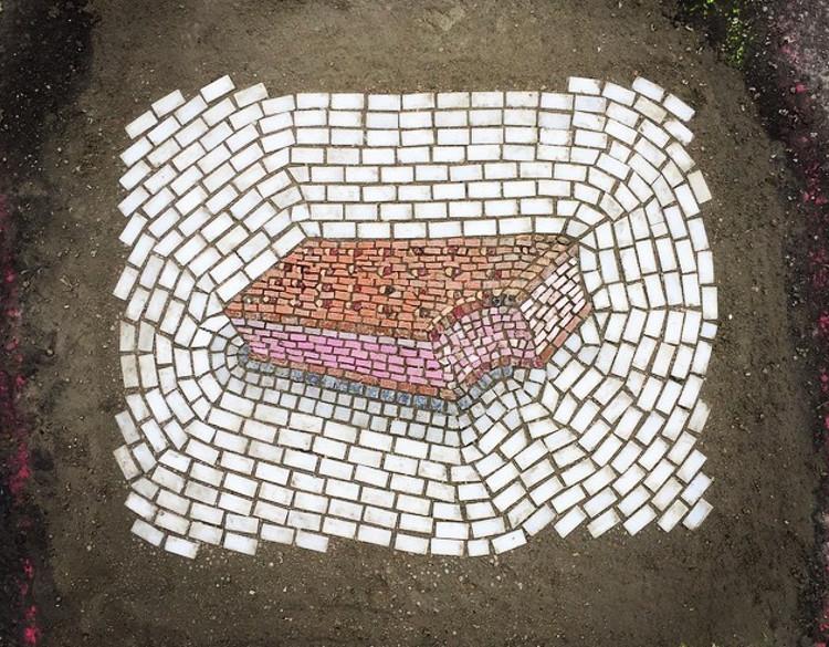 Artista transforma baches mosaicos 2