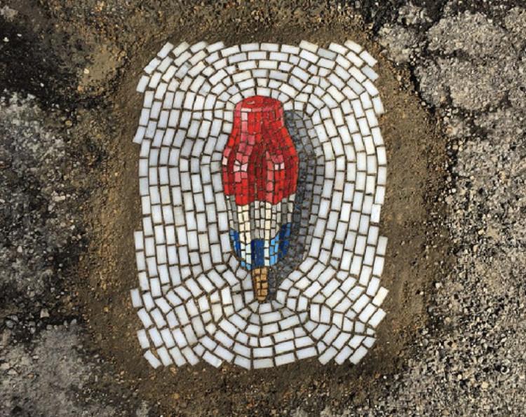 Artista transforma baches mosaicos 3