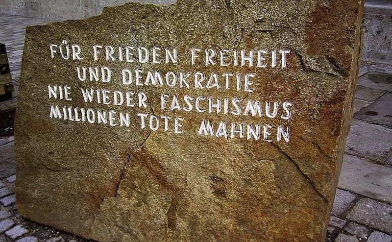 Monumento contra la guerra y el fascismo, frente a la casa